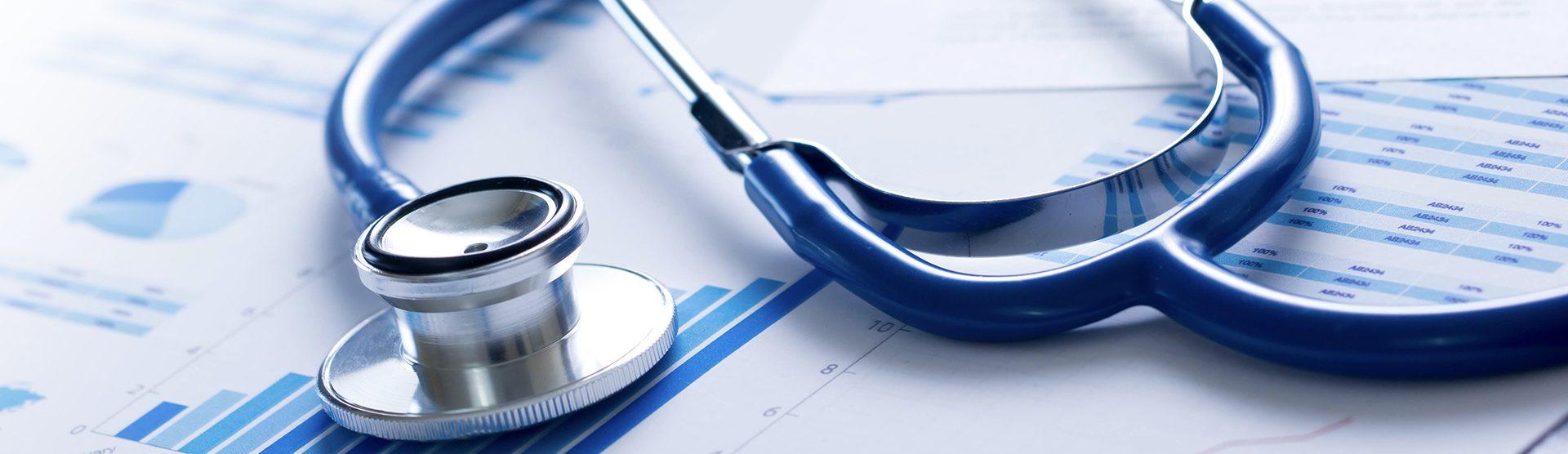 Een stethoscoop op een publicatie met grafieken en cijfers